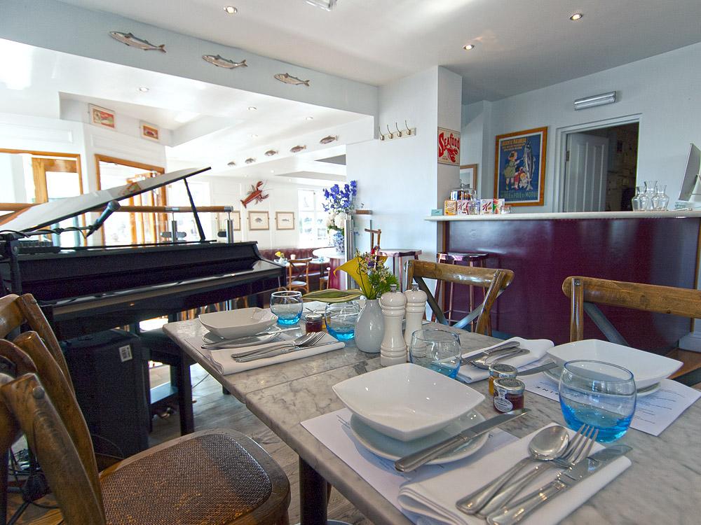 Marine Hotel Whitby - bar & piano