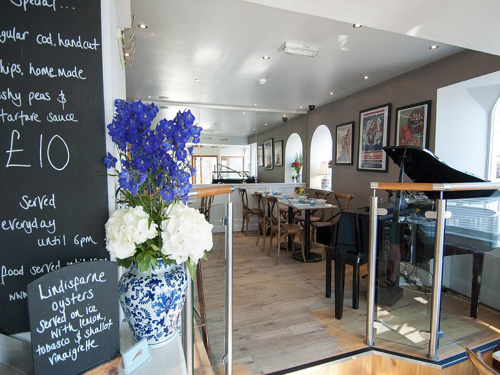 Marine Hotel Whitby - bar and piano